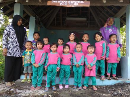 anak-anak PAUD Dwi Putra Kabrokan Wetan dikenalkan Pos ronda