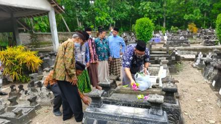 Do'a Bersama dan Tabur Bunga Kepada Mantan Perangkat Desa dan Mantan Lurah Desa Sendangsari